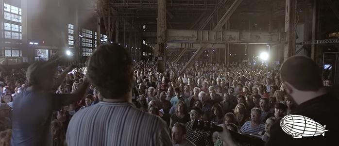 """1500 Şarkıcı ve Rufus Wainwright """"Hallelujah"""" Söylüyor."""